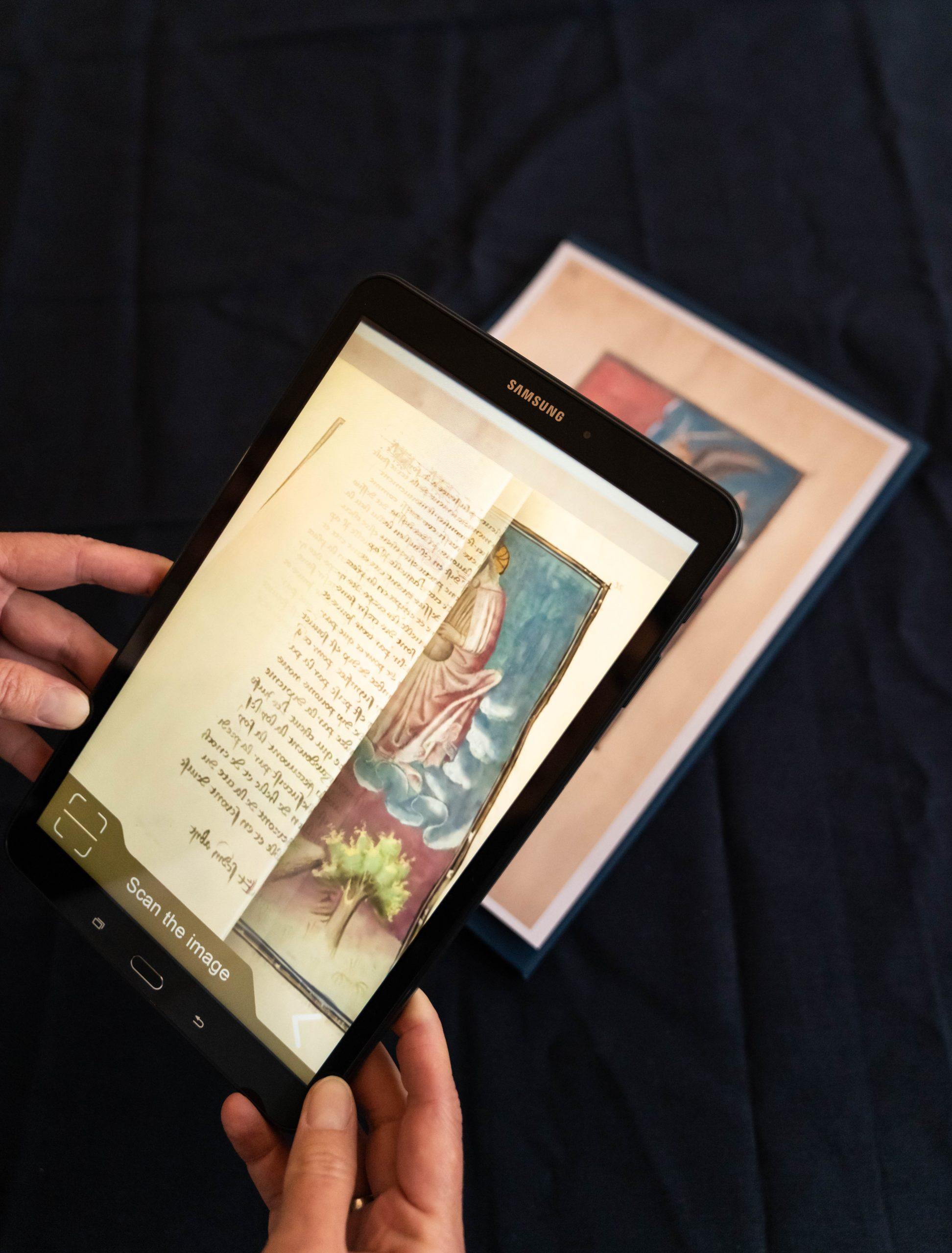 """Mittels Augmented Reality (erweiterter Realität) und unserer APP """"Living Manuscripts"""" scannen wir mit unserem I-PAD eine Faksimile-Einzelseite."""